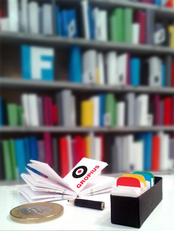 Miniaturowe pudełko biblioteczne, a w nim karty czytelnika