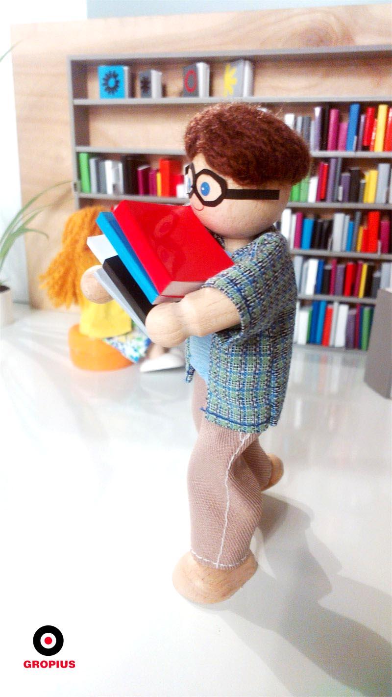 Miniaturowemu bibliotekarzowi przydałby się jednak wózek na książki